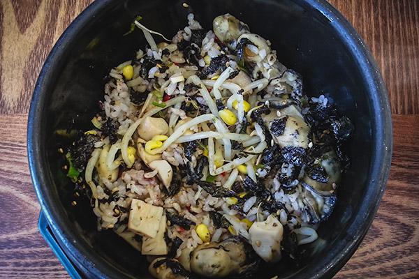 A piping hot delicious bowl of gulbap at Yeongbingwan in Tongyeong