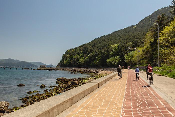 Coasting along the cycle path on Mireukdo in Tongyeong