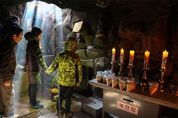 Busan City Guide: An underground shrine at Haedong Yonggunsa Temple