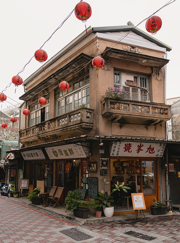 A popular old two storey corner building in Tainan with a fresh fruit juice cafe on the ground floor.