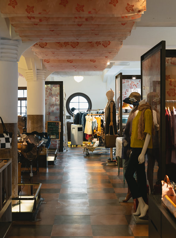 The women's clothing department on the Second Floor of Hayashi has a kind of relaxed ambience, very different to today's stores. Soft lighting, tiled floor and ceiling hangings help to recreate the period atmosphere.