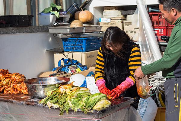 Korean Food: Kimchi Jjigae - Making Kimchi in the garden in Winter