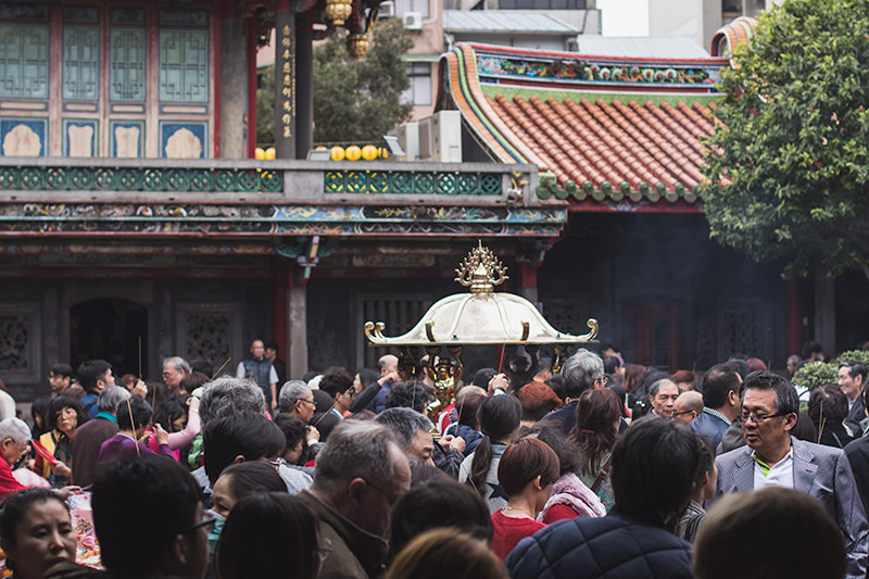 Longshan Temple: crowded central courtyard at Lunar New Year