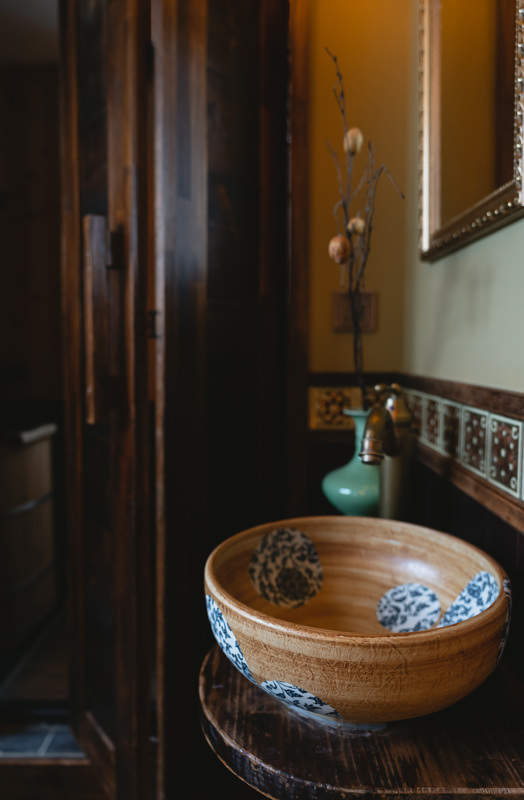 Ceramic wash basin in the room at Machiya Hinoki in Tainan